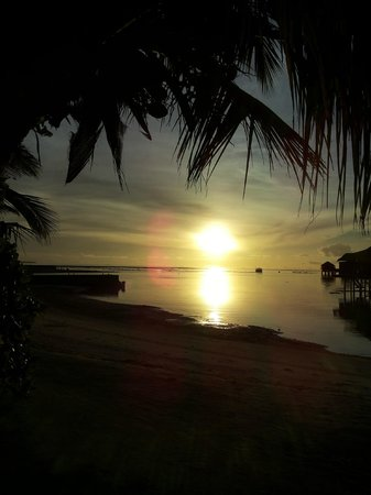 Anantara Veli Maldives Resort: Sunset by the beach