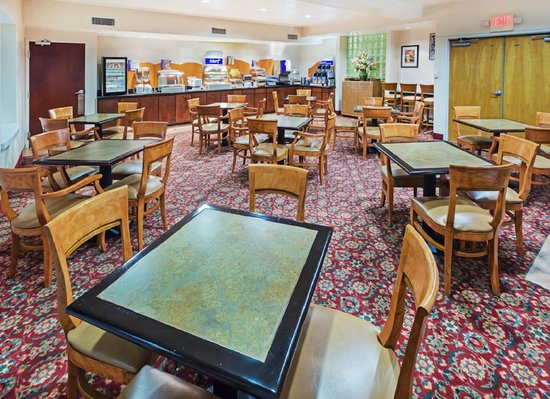 Holiday Inn Express & Suites Arlington: Breakfast Area