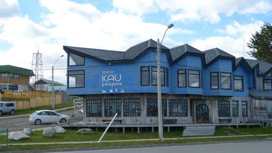 Kau Patagonia: Vista del hotel desde la costanera