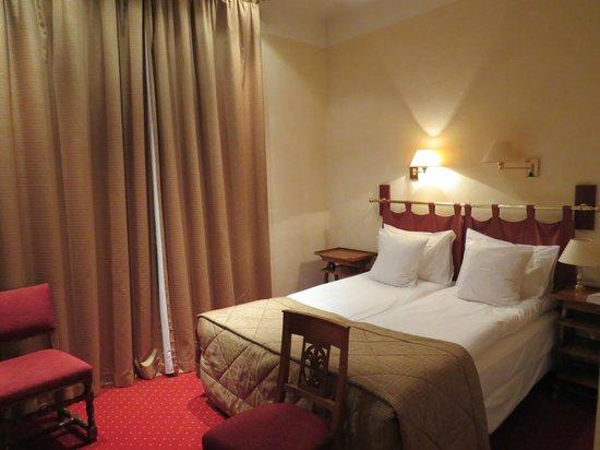 Best Western Grand Hôtel Bristol : clean comfortable double, heavy drapes