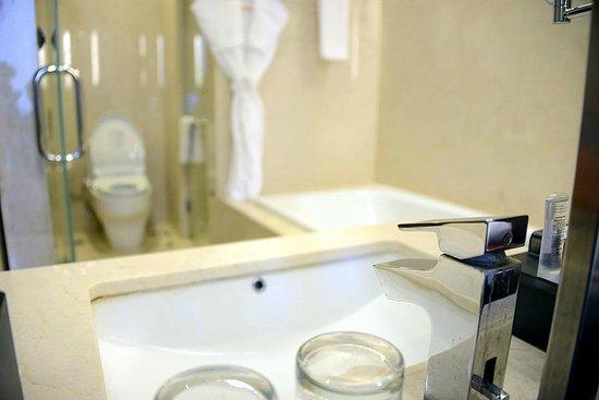 Crowne Plaza Semarang: El baño dispone de bañera y ducha