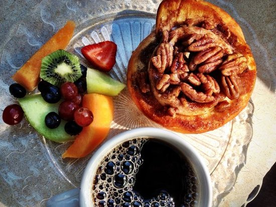 ‪‪The National Hotel‬: Vaneli's Coffee, Fresh Fruit & Pecan Sticky Bun‬