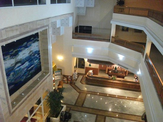 Concorde Hotel Marco Polo: A view of reception from floor 2