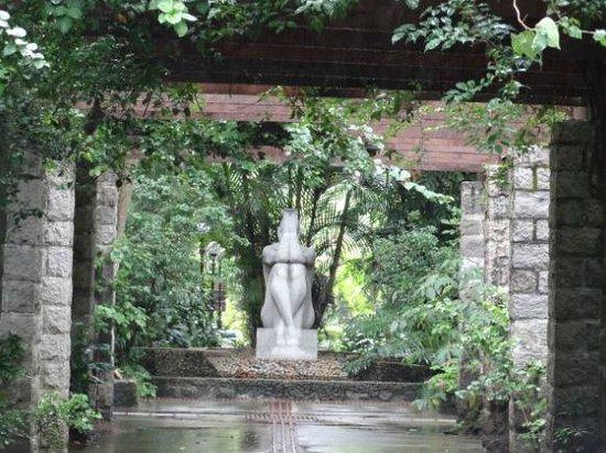 Orchid Garden: Ao fundo a estátua das ninfas.