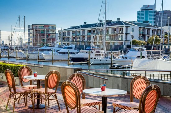 Sofitel Auckland Viaduct Harbour: 21 Viaduct Cafe, waterside dining