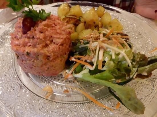 La Galerie : steack tartare prepare par le chef viande salers