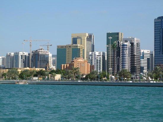 Sheraton Abu Dhabi Hotel & Resort: Sheraton vom Meer aus