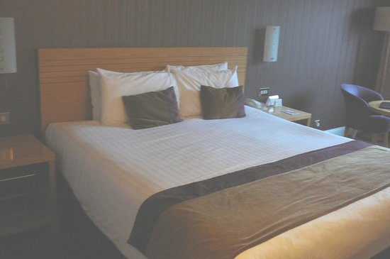 City Hotel: Comfy king bed with lots of pillows