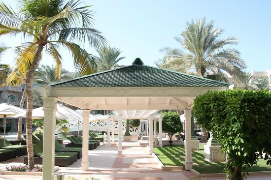 Grand Hyatt Muscat: Pool and lounging area