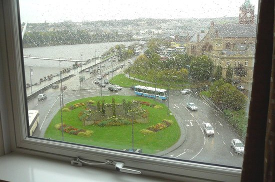 City Hotel : View of traffic circle from our window