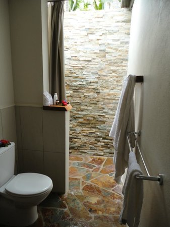 Paradise Cove Resort: Garden bungalow bathroom
