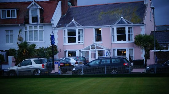 Potters Mooring Hotel: Front view from across the Green.