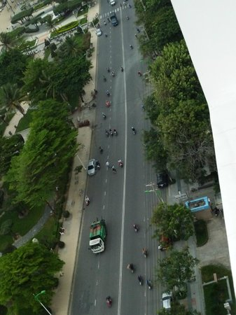 Novotel Nha Trang : Busy street to cross to get to beach