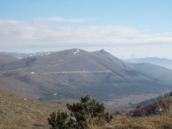 Sextantio Albergo Diffuso : Panoramica dalla strada che sale al borgo. Sullo sfondo Rocca Calascio