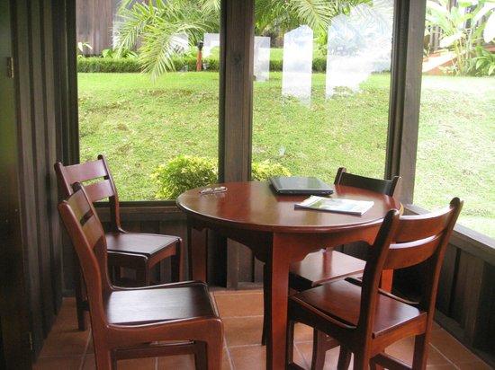 Hotel Lomas del Volcan: Back Porch