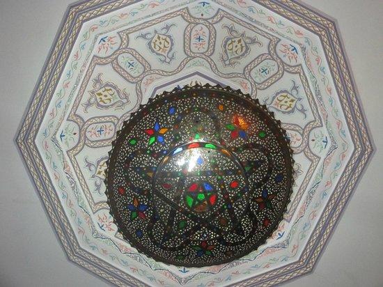 Riad Bab Agnaou : Lustre de la chambre saumon
