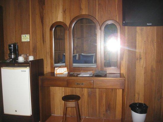 Hotel Lomas del Volcan : Side of Room with Refrig