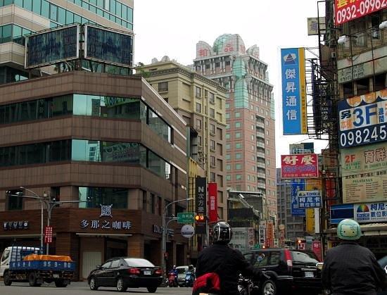 Chateau de Chine Hotel Taoyuan: Minsheng Road and Chinatrust Hotel