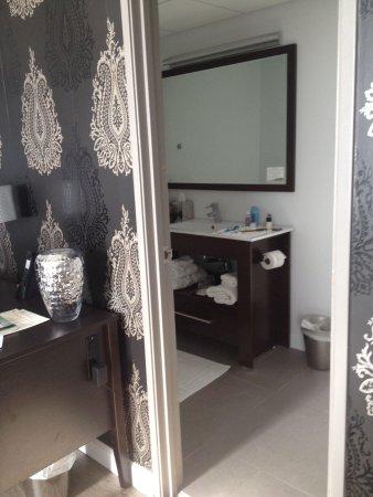 Hotel Deco XV: Large rectangular bathroom but door was too close to toilet and in frontons shower door