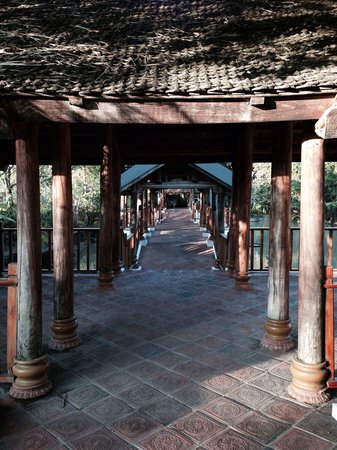 Long Beach Resort Phu Quoc: Walkway from restaurant to ancient village