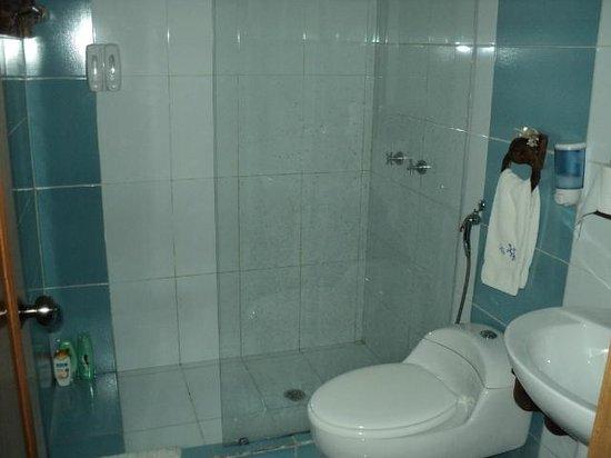 Hotel Oceano Azzurro: baño de la habitacion impecables