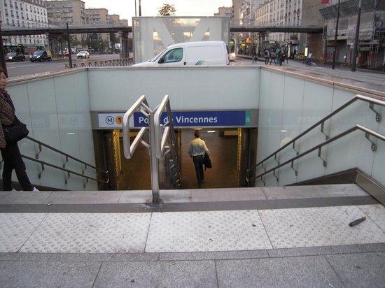Hipotel Paris Nation: 地下鉄乗り場