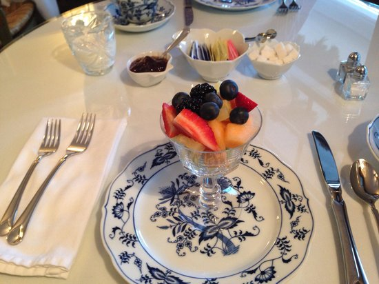 Grandview Bed and Breakfast: Fruit course at breakfast.