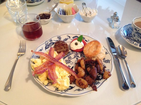 Grandview Bed and Breakfast: Amazing main course: eggs, bacon, sausage, hash browns, biscuit!