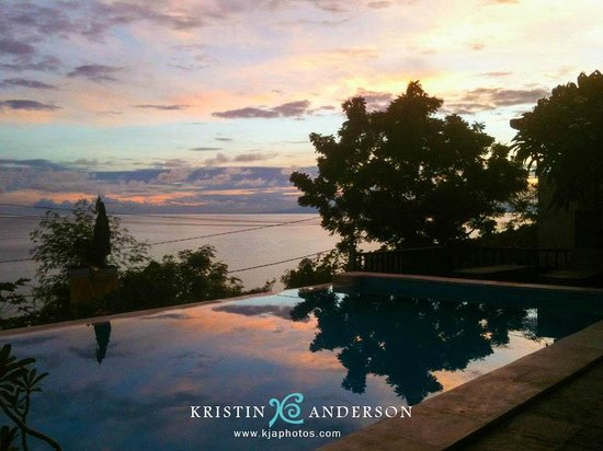 Beten Waru Bungalows and Restaurant : sunrise over the pool