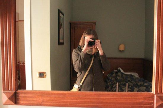 Taormina Hotel: Отражение комнаты в зеркале