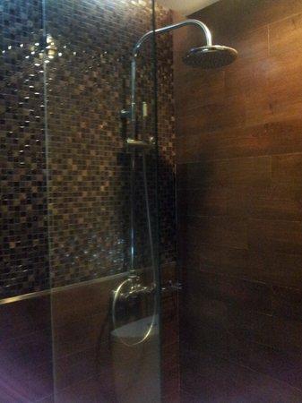 Amaroossa Bandung: Clean Bathroom