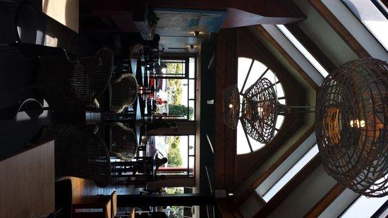 Craypot Cafe & Bar: Relaxing fresh Decor