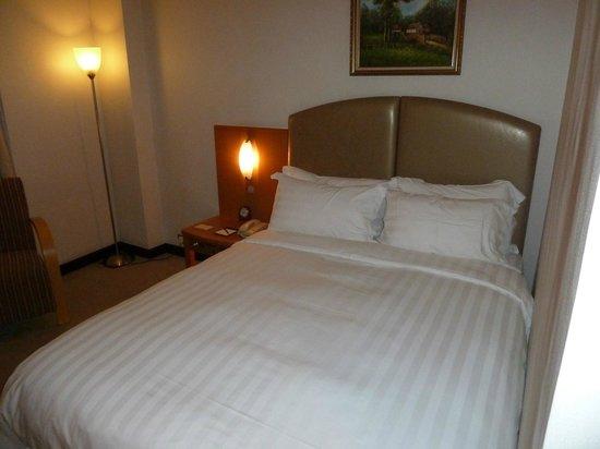 The Wharney Guang Dong Hotel Hong Kong : Bed Room