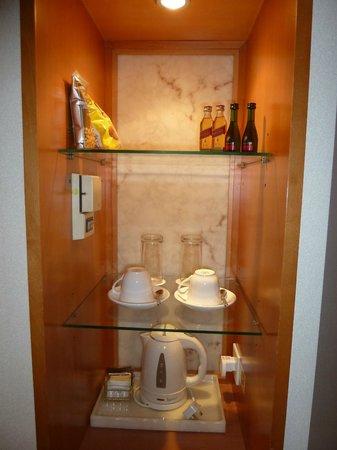 The Wharney Guang Dong Hotel Hong Kong: Cupboard