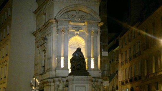 Pavillon Louvre Rivoli: Этот памятник Мольеру - первая достопримечательность, которую видишь, выходя из отеля