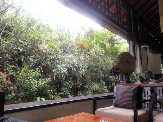 Cinnamon Grand Colombo: Around the pool cafe. Very relaxing atmosphere!