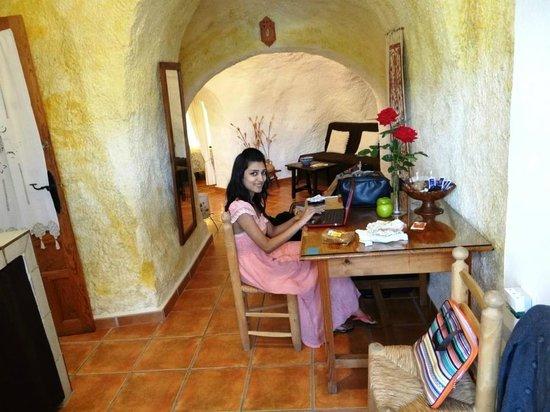 Cuevas El Abanico: Kitchen and Dining area