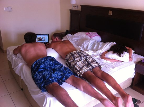 Euronapa Hotel Apartments: не нашла вида номера, только кровать, она настолько широкая что умещались втроем поперек