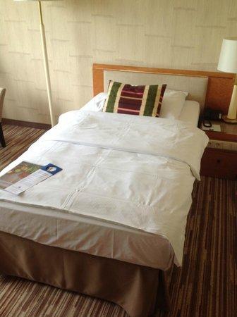 Hotel Nikko Düsseldorf: big bed