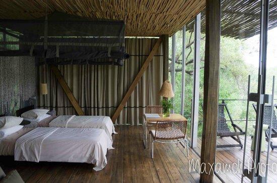 Singita Sweni Lodge : Bed and Balcony