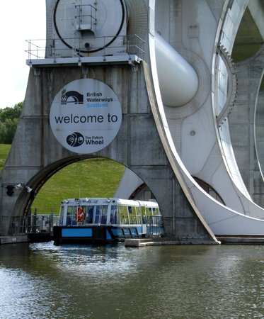 Falkirk Wheel: Boat enter/exit a water filled gondola