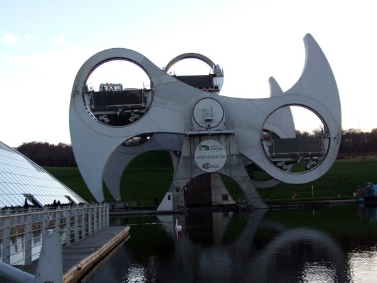 Falkirk Wheel: Amazing engineering lifts/lowers each boat whilst keeping it level