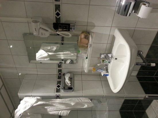 Hotel Luxer: bathroom...clean & bright