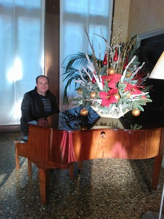 Ruzzini Palace Hotel: Pretending to be Liberace in the reading room/piano room.