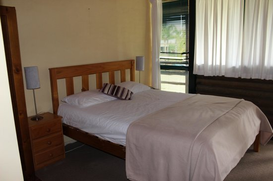 Hunter Country Lodge & Shakey Tables Restaurant : Queen room comfortable country style