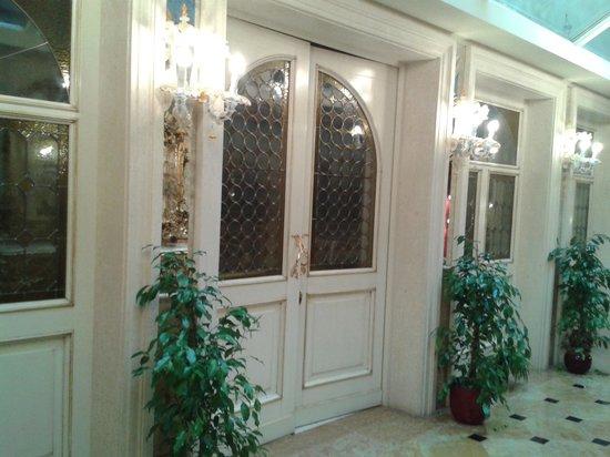 Hotel Belle Epoque: ingresso dello splendido salone per la colazione