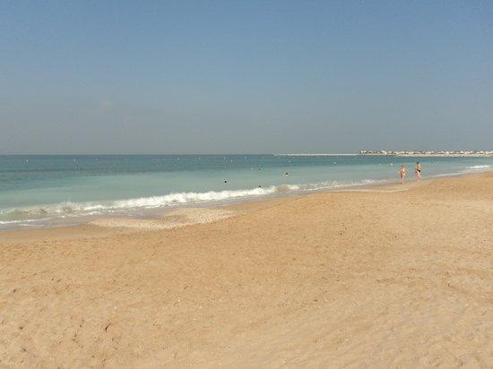 Al Hamra Residence & Village: Пляж отеля
