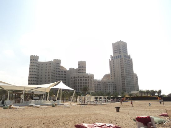 Al Hamra Residence & Village: Вид на отель с пляжа