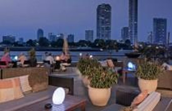 Chatrium Hotel Riverside Bangkok: Terrace along riverside