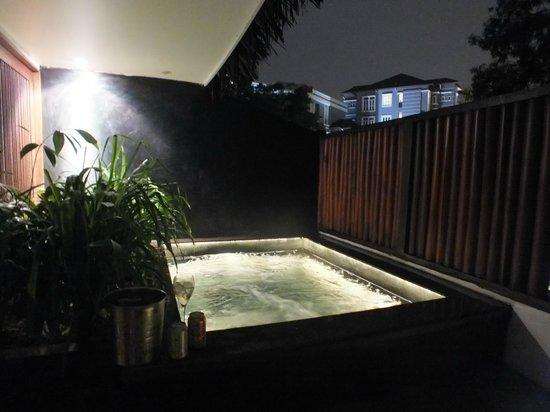 Villa Samadhi: Jacuzzi at night